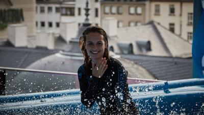 MyZeil Surf-Days Surf-Schülerinn Emeli über der Skyline Frankfurts / Palais Foto: Brand Guides/Weitsprung / Papadopoulos *** Local Caption *** Die Verwendung dieses Bildes ist fuer redaktionelle Zwecke honorarfrei. Abdruck bitte unter Quellenangabe Brand Guides/Weitsprung / Papadopoulos. Belegexemplar erbeten. Brand Guides Markenberatung GmbH & Co KG Rehmstrasse 12 - 22299 Hamburg / Germany info@brandguides.com - www.brandguides.com