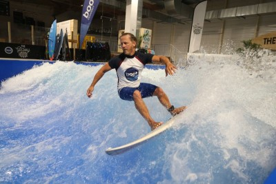 Zur boot Düsseldorf 2017 kündigt sich eine kleine Sensation an: Mit dem Surfers Village kommt eine neue Erlebniswelt nach Düsseldorf. Die Halle 2 des Messegeländes wird zum Wintermekka für Wellenreiter in dessen Zentrum eine neun Meter breite stehende Welle rauscht. Im Zentrum des Surfers Village steht zur Laufzeit der boot vom 21. bis 29. Januar 2017 die Wellen-Anlage, die endloses Wellenreiten sowohl für den Profi als auch für Kinder und Einsteiger garantiert. Beachbars, coole Surfmode und die neuesten Boards bilden den Rahmen für ein einzigartiges Erlebnis: Wellenreiten im Januar in Düsseldorf. Zwei besondere Highlights haben die boot-Macher schon fest eingeplant: Im weltweit ersten Indoor Wave-SUP Masters werden SUP Weltmeister aus Hawaii gegen die europäische Elite antreten. Am zweiten boot Wochenende geht es in einem klassischen Wellenreiten des Wave Masters-Wettbewerb um 5.000,- Euro Preisgeld. Und prominente Unterstützung haben die Düsseldorfer auch schon bekommen: Surferin Sonni Hönscheid, Tochter von Surflegende Jürgen Hönscheid, und Profi-Wellenreiter Carsten Kurmis übernehmen die Patenschaft für die Indoor-Welle und die Wettbewerbe. | boot Düsseldorf 2017 can announce something of a sensation: the Surfers Village is a new thrill that can be experienced in Düsseldorf. Hall 2 on the exhibition site is being turned into a winter mecca for surfers, in the centre of which a nine-metre-wide permanent wave is being incorporated. During boot from 21. to 29. January 2017, the wave facility – which guarantees never-ending surfing not only for professionals but also for children and newcomers – will be featured at the heart of the Surfers Village. Beach bars, cool surfing fashion and the latest boards form the setting for a unique experience: surfing in Germany in January. The boot organisers have already arranged two special highlights: SUP world champions from Hawaii will be competing against their top European rivals in the first indoor wave SUP Masters in the world. Prize money of EUR 5,000 can be won in the classic Wave Masters surfing contest that is being held on the second boot weekend. And the Düsseldorf team has already obtained celebrity support too: surfer Sonni Hönscheid, daughter of surf legend Jürgen Hönscheid, and the professional surfer Carsten Kurmis have agreed to act as sponsor for the indoor wave and the contests.