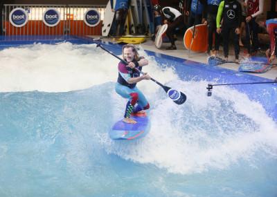 SUP Wave Masters - THE WAVE ist eine neun Meter breite stehende Welle, die im neuen Surfers Village in der Halle 2 rauscht und zum Wellenreiten einlädt. Auf ihr haben sowohl Profis als auch Kinder und Einsteiger ihren Spaß. Anmeldungen zu den rasanten Surfslots sind auf der boot täglich von 10:00 bis 11:00 Uhr möglich. Mit einer Eintrittskarte zur boot ist das Surfen kostenlos. Neoprenanzüge und Helme werden von der boot gestellt. Im Surfers Village gibt es zusätzlich chillige Beachbars, coole Surfmode und die neuesten Boards. Auch technisch ist THE WAVE eine Glanzleistung: Sie verfügt über das einzigartige Deep Water-Surfsystem, somit kann auf ihr auch mit normalen Surfbrettern mit Finnen gesurft werden. Das erzeugt ein realistisches Surffeeling wie auf Meereswellen. Für Einsteiger und Profis bieten sich in dem Becken unterschiedlich hohe Wellen von 1 bis 1,50 Metern an. Mit zehn Pumpen wird das 25 Grad warme und 1,40 m tiefe Wasser zu Wellen hochgepumpt, die den unbegrenzten Surfspaß bieten.
